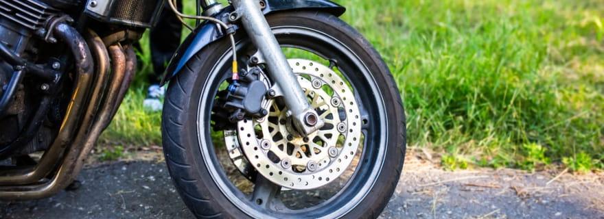 ¿Sabes cómo te cubre el seguro de moto si te dañan las ruedas?